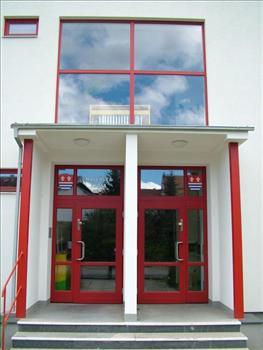 Vchodové dveře a pevně zasklené okno