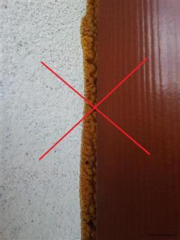 Rozpadající se polyuretanová pěna, nechráněná proti vlhkosti a UV záření.