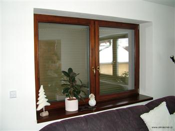 Parapet z masivního dřeva v barvě okna.