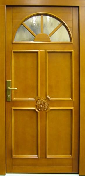 Vchodové dveře můžeme ozdobit řezbou