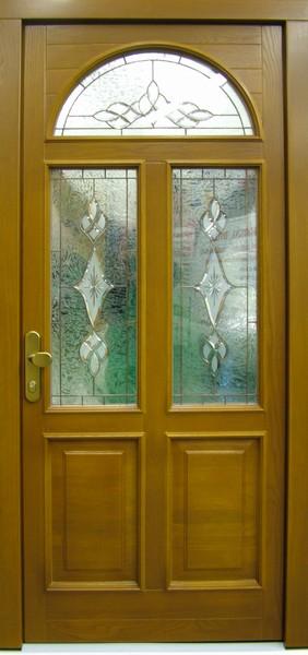 Bohatě zdobené vchodové dveře s vitráží