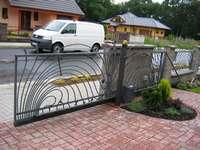 Brána kovaná nesená odsuvná
